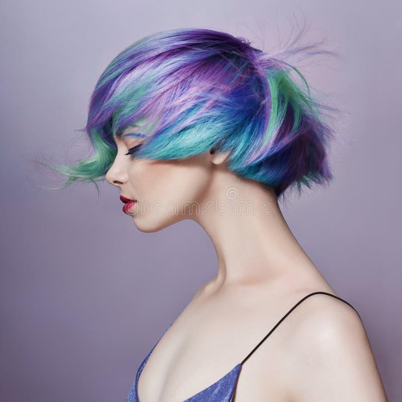 一名妇女,紫色所有树荫的画象有明亮的色的飞行的头发的  头发染色、美丽的嘴唇和构成 头发 免版税库存图片