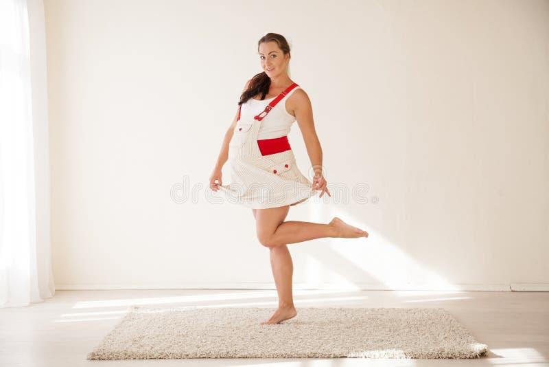 一名孕妇有乐趣笑 库存照片