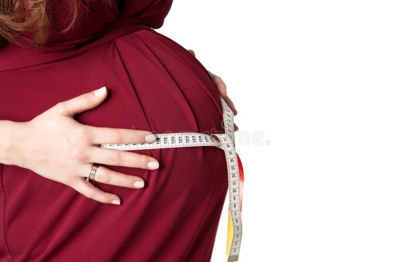 测量她的腹部的孕妇 库存照片