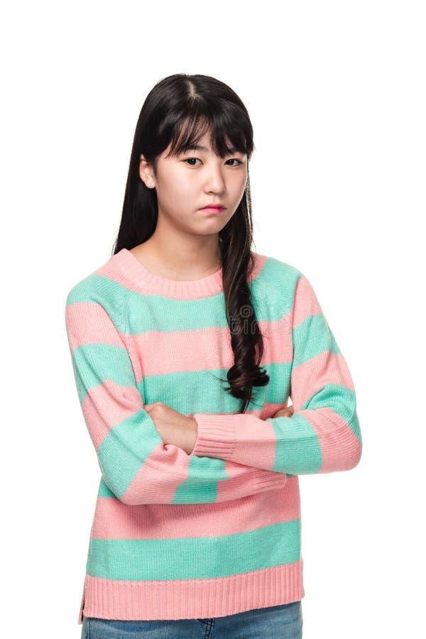 一名少年东亚妇女的演播室画象有被交叉的双臂的 免版税库存图片
