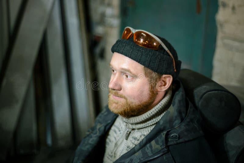一名工人的画象有一个红色胡子的 免版税库存图片