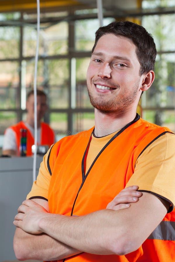 一名工作者的画象橙色防护背心的 库存照片