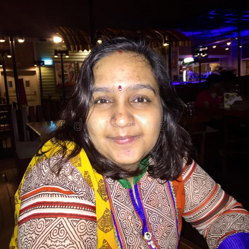 一名年轻印地安妇女的画象没有任何构成的 免版税库存照片