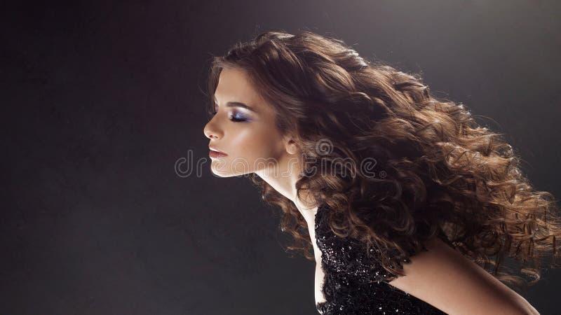 一名年轻可爱的妇女的画象有华美的卷发的 可爱的浅黑肤色的男人 免版税库存照片