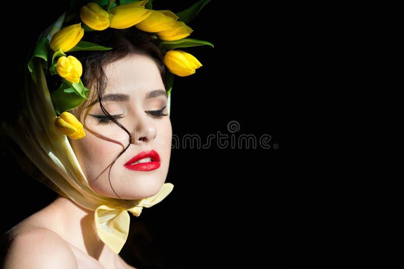 一名年轻可爱的妇女的画象黑背景的 图库摄影