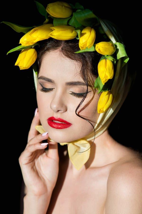 一名年轻可爱的妇女的画象黑背景的 库存照片