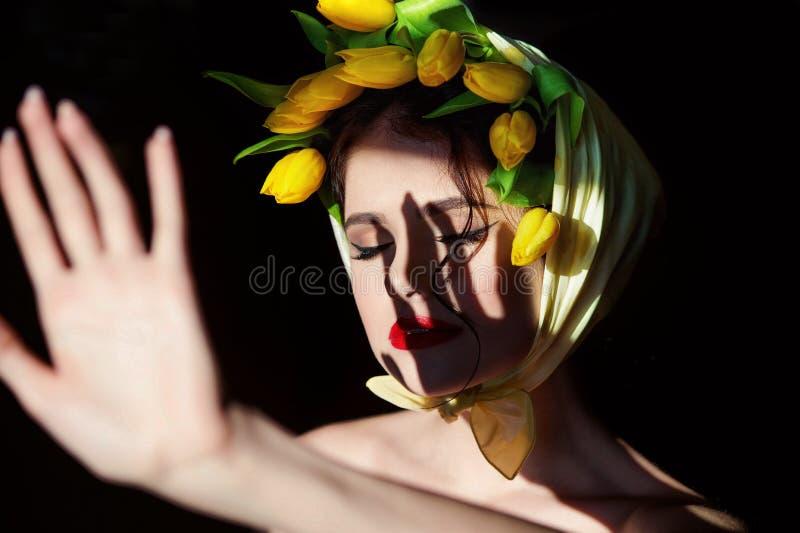 一名年轻可爱的妇女的画象黑背景的 免版税图库摄影