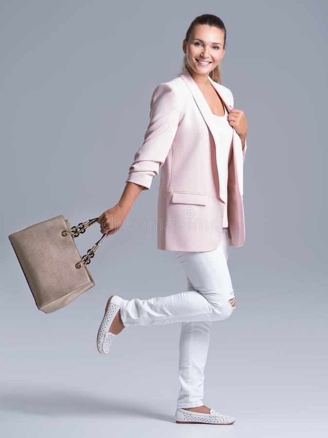 一名年轻愉快的妇女的画象有提包的 免版税库存照片