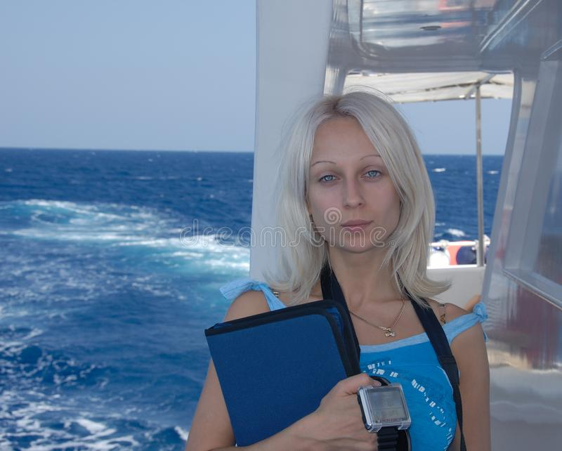 一名年轻潜水者女孩或妇女的portrain有蓝眼睛和blo的 免版税库存图片