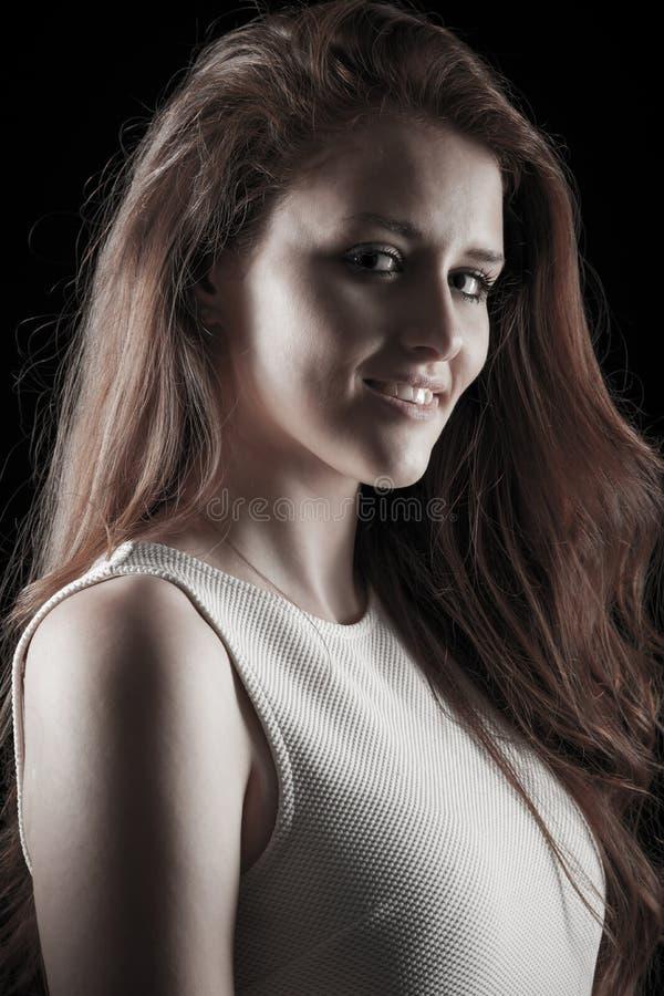 一名年轻白种人妇女的黑暗的秀丽画象 库存照片