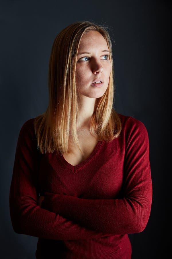 一名年轻白肤金发的可爱的妇女的画象 免版税库存照片