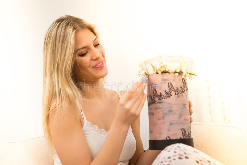 一名年轻美丽的妇女和白色玫瑰花束 图库摄影
