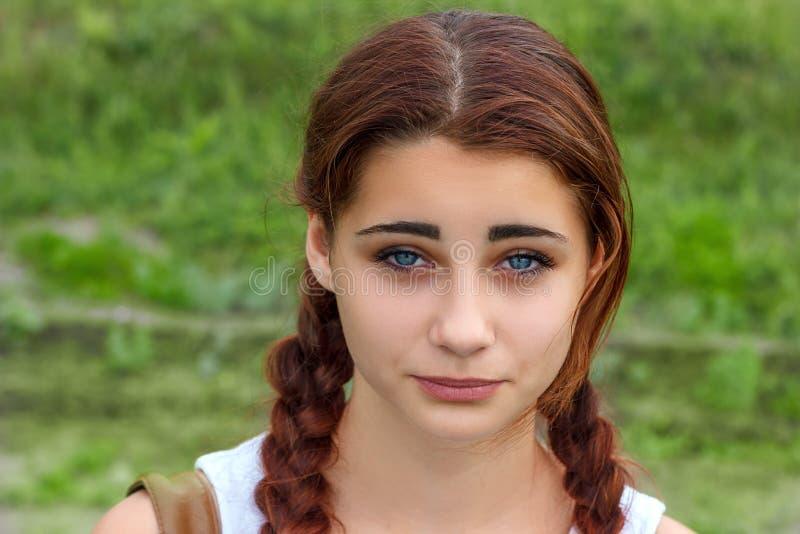一名年轻美丽的妇女的画象有一张哀伤的面孔的 库存照片