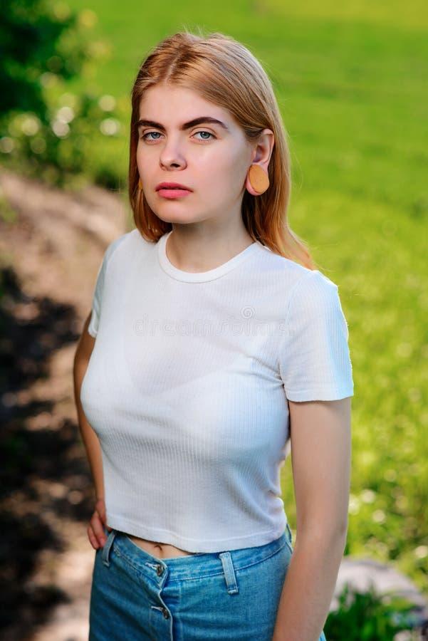 一名年轻美丽的妇女的画象有木隧道的在她的e 免版税库存照片