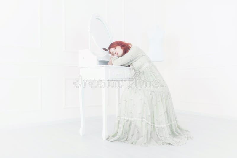 一名年轻美丽的梦想的红头发人妇女的嫩减速火箭的画象 免版税库存照片