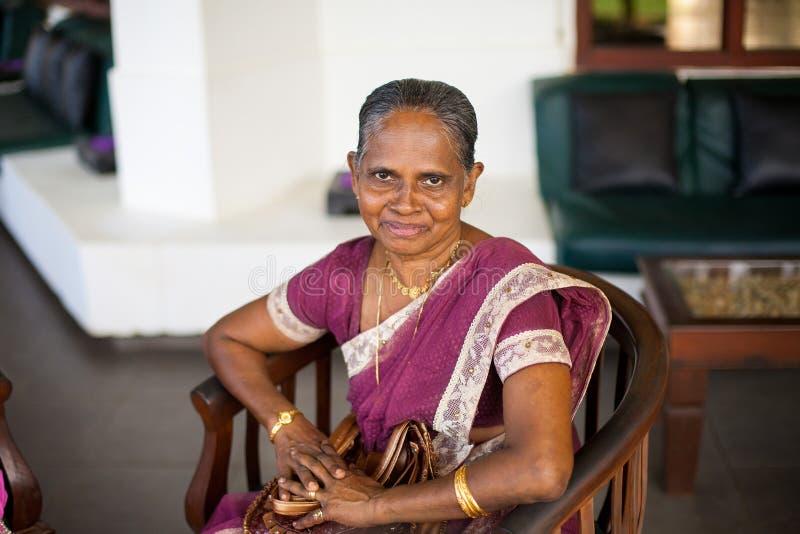 一名年长印度愉快的妇女的画象欢乐全国莎丽服的 库存图片