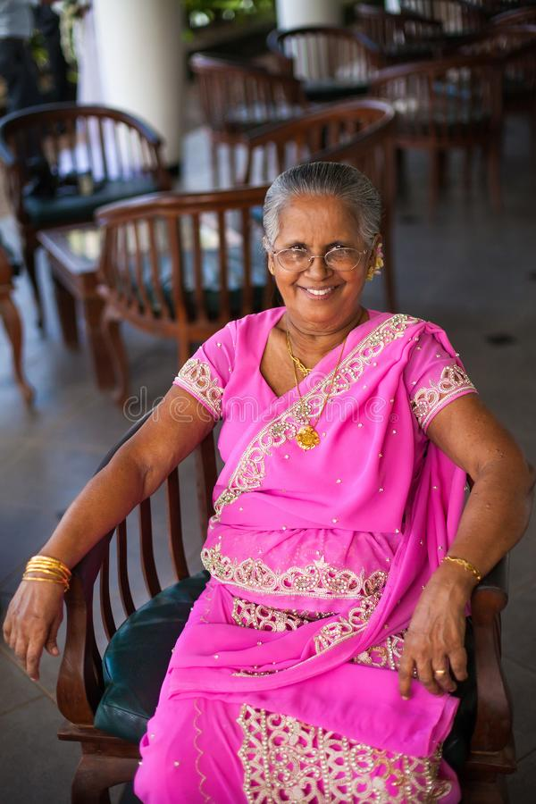一名年长印度愉快的妇女的画象欢乐全国莎丽服的 免版税库存照片