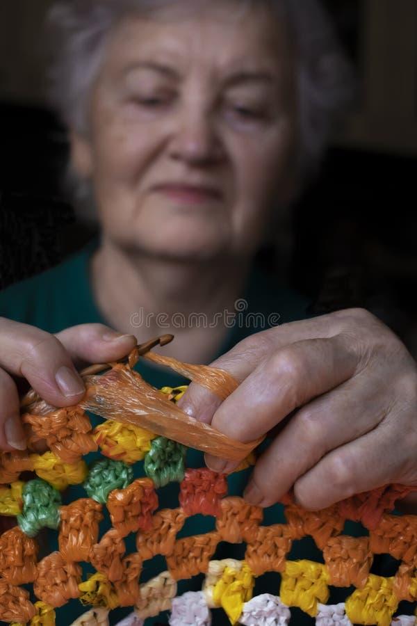 一名年长妇女参与针线 祖母钩编编织物餐巾 库存照片