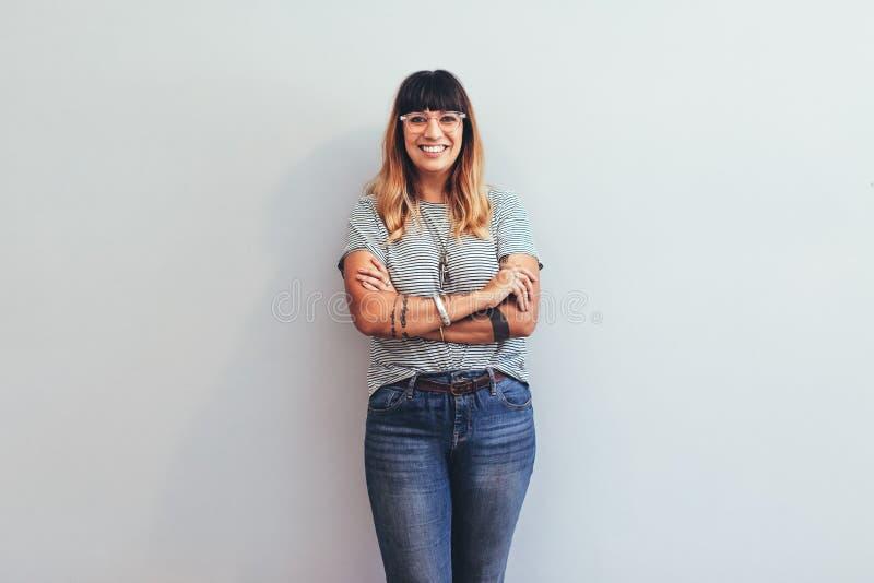 一名微笑的女实业家的画象 免版税库存图片