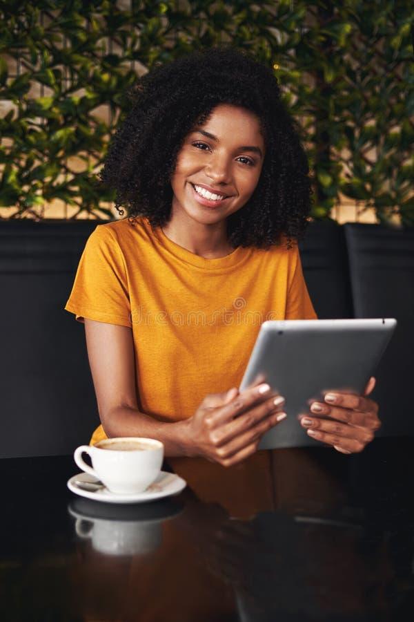 一名微笑的妇女的画象咖啡馆的 免版税库存照片
