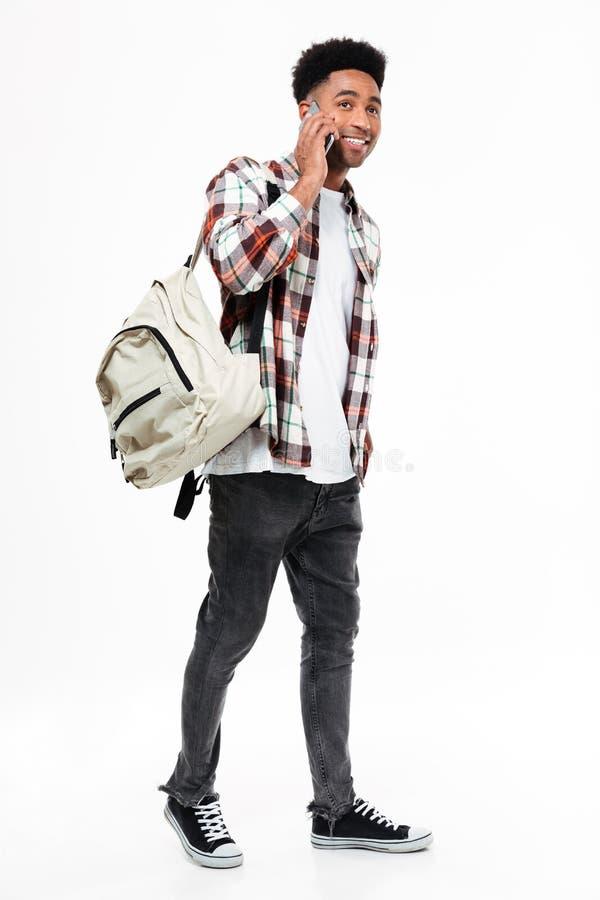 一名微笑的年轻非洲男学生的全长画象 免版税库存照片