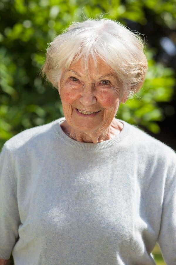 一名微笑的资深妇女的画象 免版税库存照片