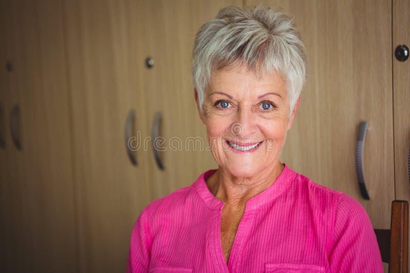一名微笑的退休的妇女的画象 库存照片