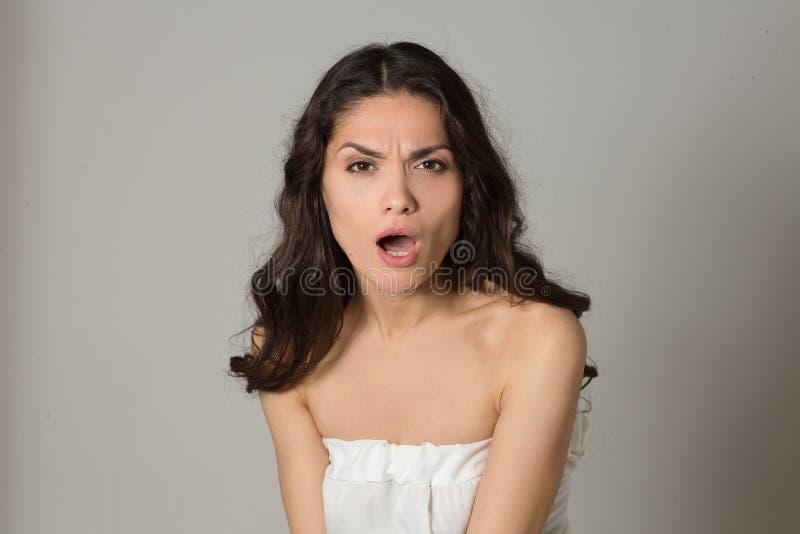 一名恼怒的深色的妇女的画象 库存照片