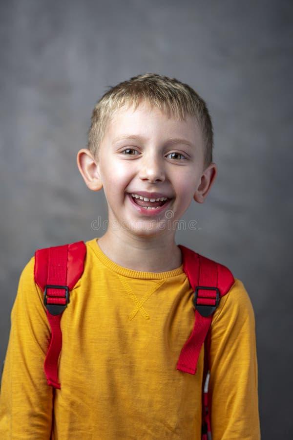 一名愉快和无忧无虑的六岁的学生的画象 库存照片