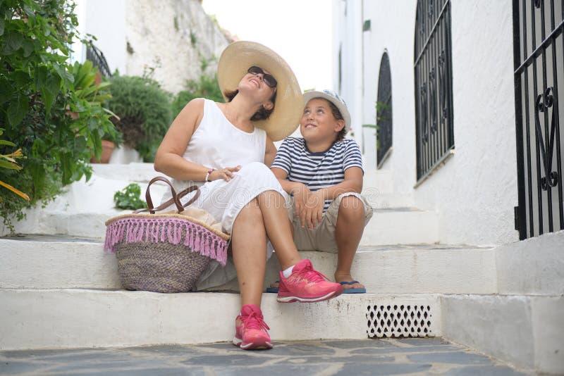一名愉快的妇女和孩子坐台阶 库存照片