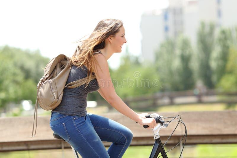一名愉快的妇女的档案自行车的 免版税库存图片