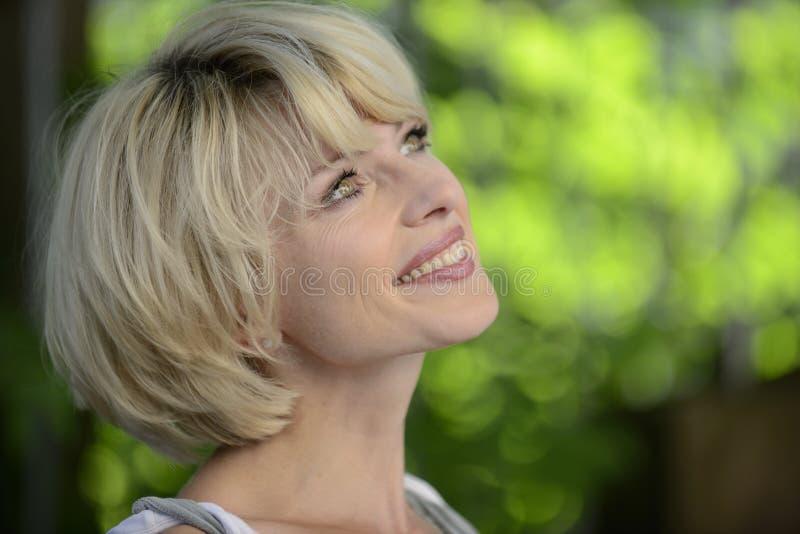 一名愉快的妇女的纵向户外 免版税库存照片