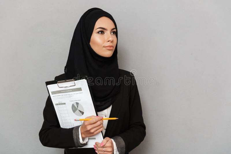 一名愉快的年轻阿拉伯妇女的画象 免版税图库摄影