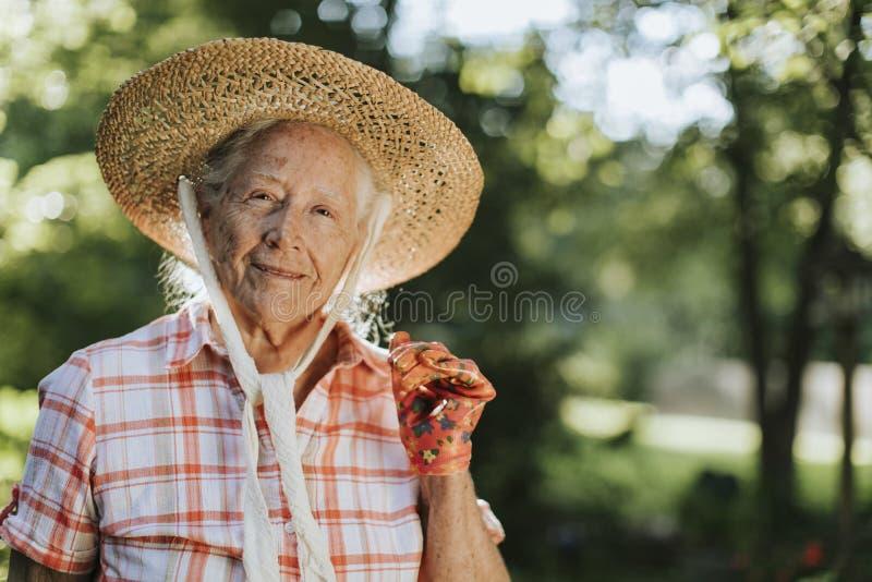 一名愉快的资深妇女的画象有草帽的 库存照片