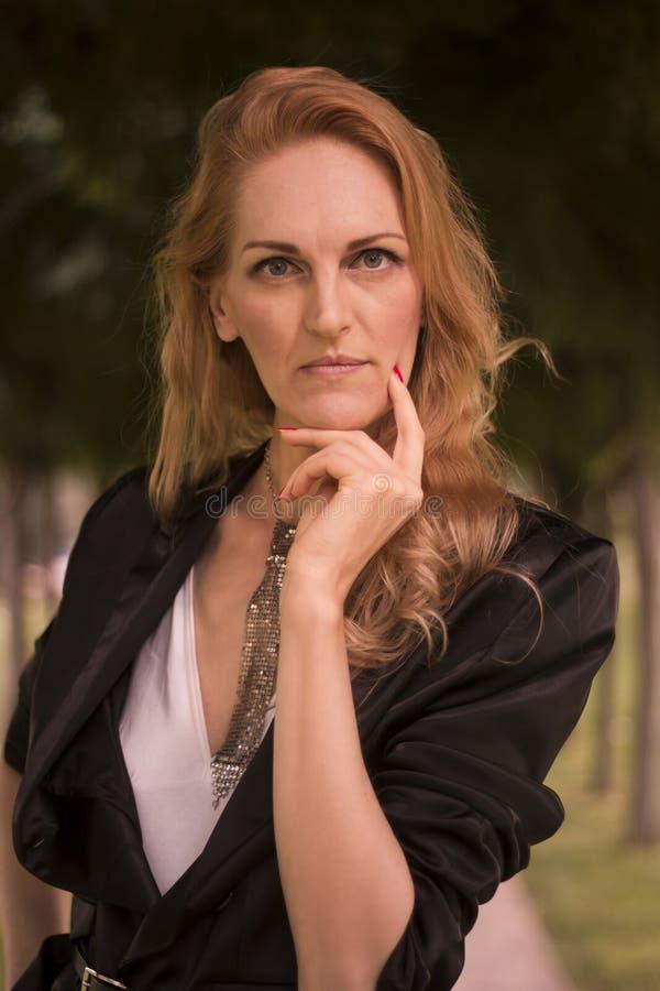 一名成熟白种人美丽的妇女,晚40s,户外portrai 库存照片