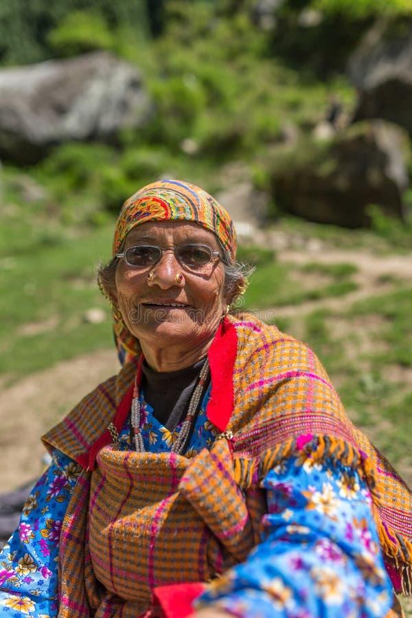一名未认出的资深妇女的画象在Vashisht村庄,喜马偕尔邦,印度 库存图片