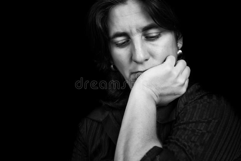 一名沮丧的西班牙妇女的黑白画象 免版税库存图片
