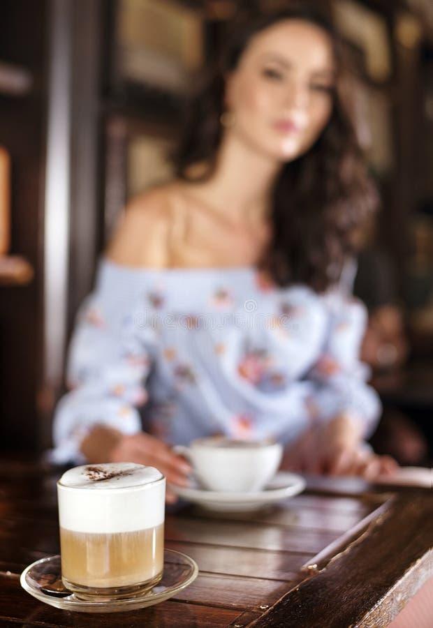 一名深色的妇女的被弄脏的画象咖啡馆的 库存照片