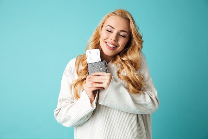 一名满意的年轻白肤金发的妇女的画象毛线衣的 图库摄影