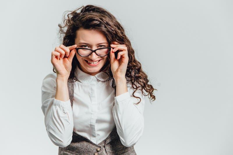 一名激动的妇女的滑稽的画象玻璃太阳镜的 一个年轻专业女商人的画象的特写镜头 库存图片