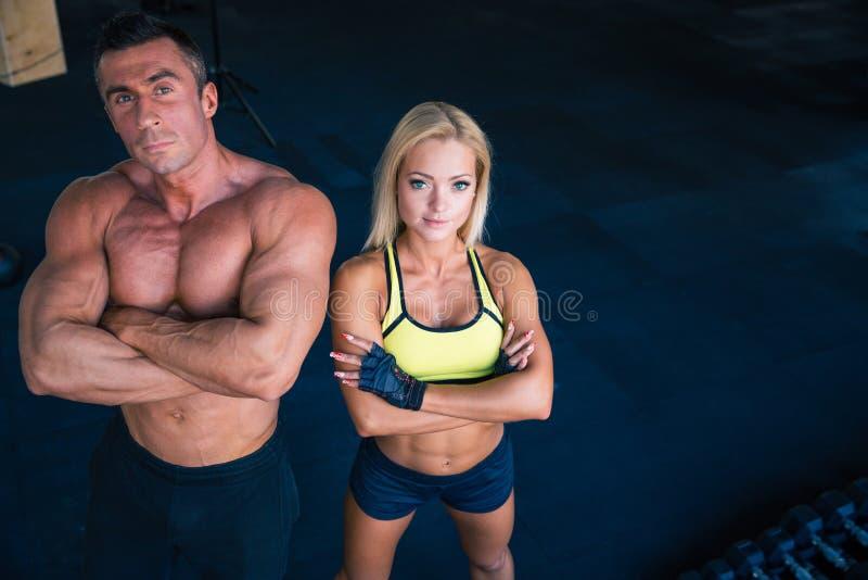 一名男人和妇女的小组crossfit健身房的 免版税库存图片