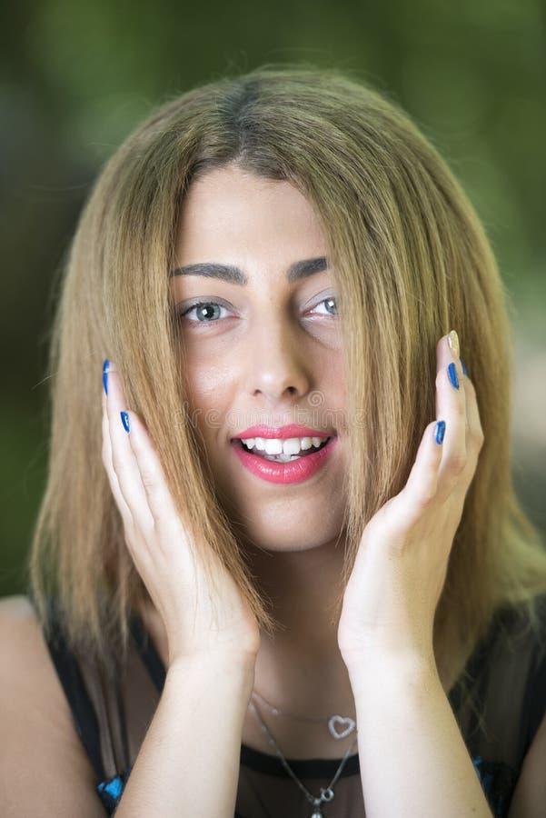 一名白肤金发的妇女的画象有蓝眼睛的 免版税库存图片