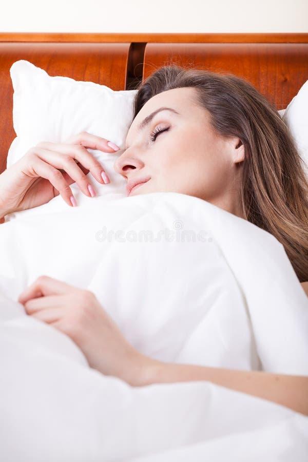 一名睡觉的妇女的Cloesup 免版税库存照片