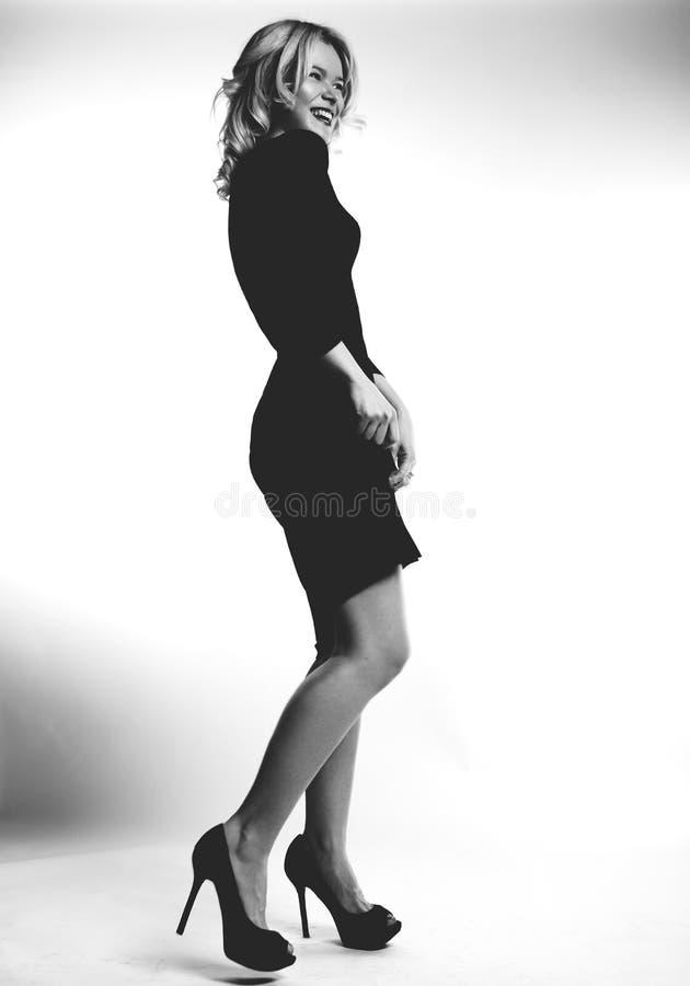 一名笑的美丽的妇女的画象时尚黑色礼服的 现代妇女的魅力样式 黑人女孩隐藏人摄影s衬衣白色 库存图片