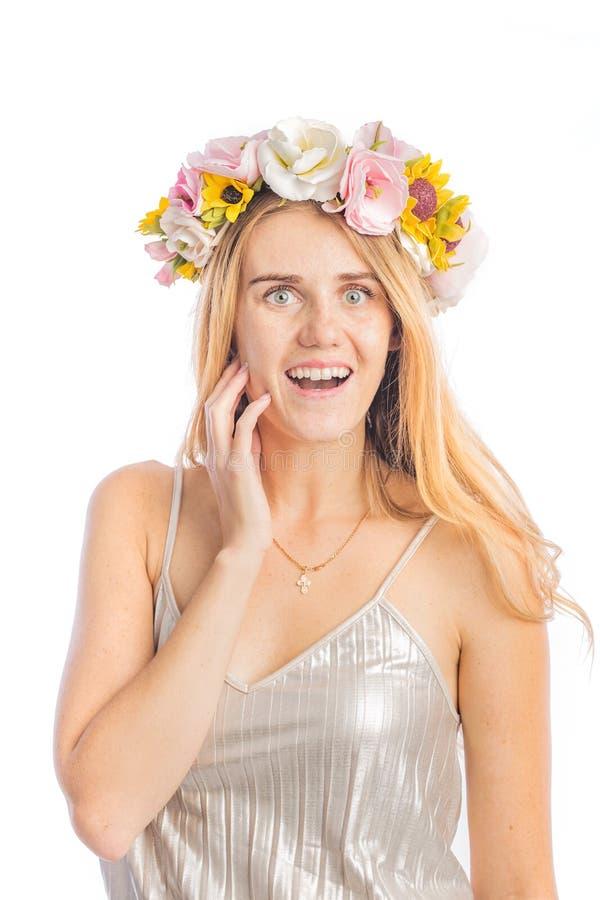 一名红头发人妇女的画象有花一个美丽的花圈的在她的头的,显示快乐的欢欣 免版税库存图片