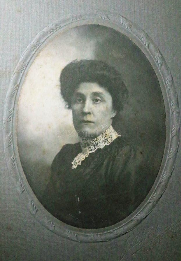 一名维多利亚女王时代的妇女19世纪80年代- 20世纪的葡萄酒黑白照片 免版税库存图片