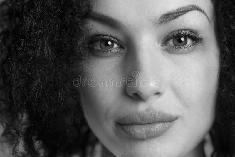 一名美丽的严肃的妇女的特写镜头黑白的 免版税库存图片