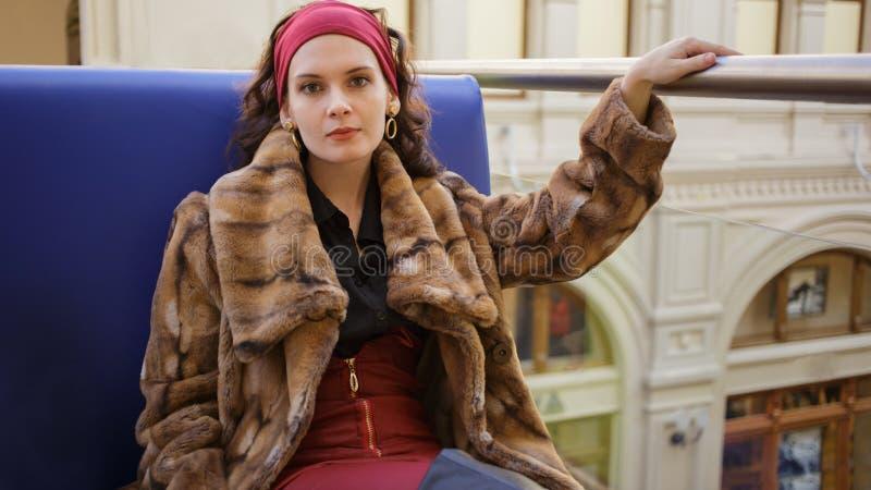 一名美丽的俏丽的妇女的画象皮大衣的 库存照片