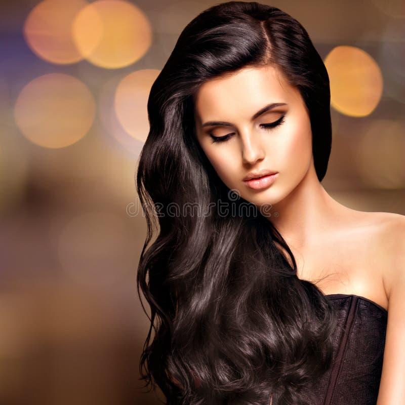 一名美丽的印地安妇女的画象有长的头发的 免版税库存照片