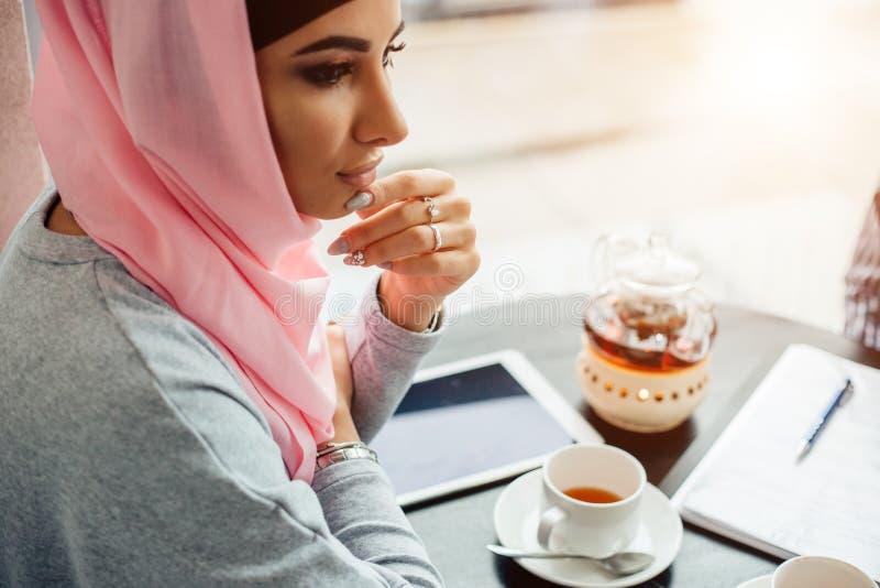 一名美丽的回教妇女的画象咖啡馆的 免版税库存照片
